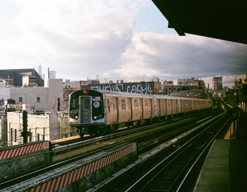 M-Train heading eastbound at Flushing Avenue